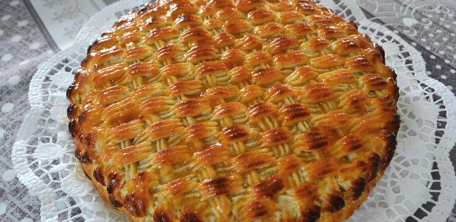 torta delizia -1 disco Pan di Spagna (vedi la nostra ricetta qui) per tortiera diametro 24/26 300 g di farina di mandorle 300 zucchero a velo 1 uovo buccia di un'arancia grattugiata finemente 1 cucchiaino di liquore all'amaretto marmellata di albicocche  Procedimento Preparare l'impasto delizia che servirà a coprire la torta unendo la farina di mandorle, lo zucchero a velo, l'uovo, la scorza dell'arancia, e il liquore. Lavorare fino ad ottenere un impasto omogeneo ma morbido. ....