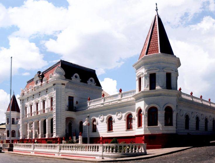 El Oro es un Pueblo Mágico ubicado en el Estado de México. Es un antiguo pueblo minero, y destaca por sus cautivantes edificios y su gran turismo. Foto: viajeyviaje.com