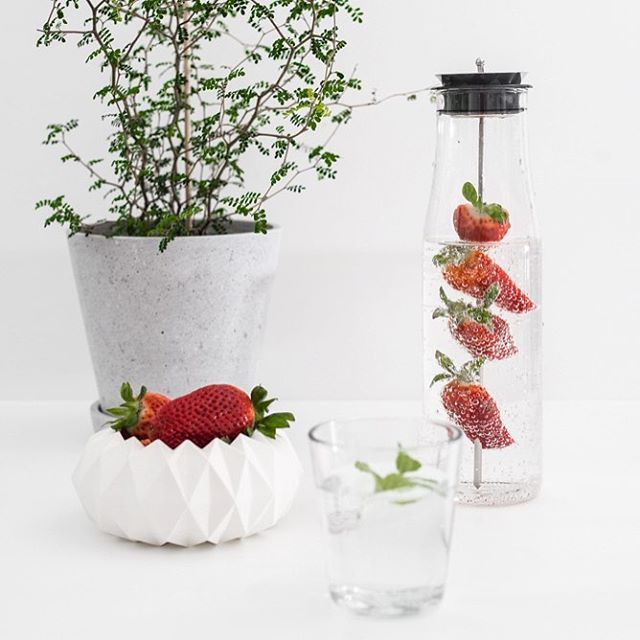 Pierwsza woda smakowa domowej roboty w tym roku .  Hand made strawberry water . .  .  .  .  .  .  #water#strawberrywater#evasolo#pieceofdenmark#haydesign#sophoralittlebaby🌱 #goodmorning #flat #flatlays #flatlaystyle #onthetableproject #whitetable