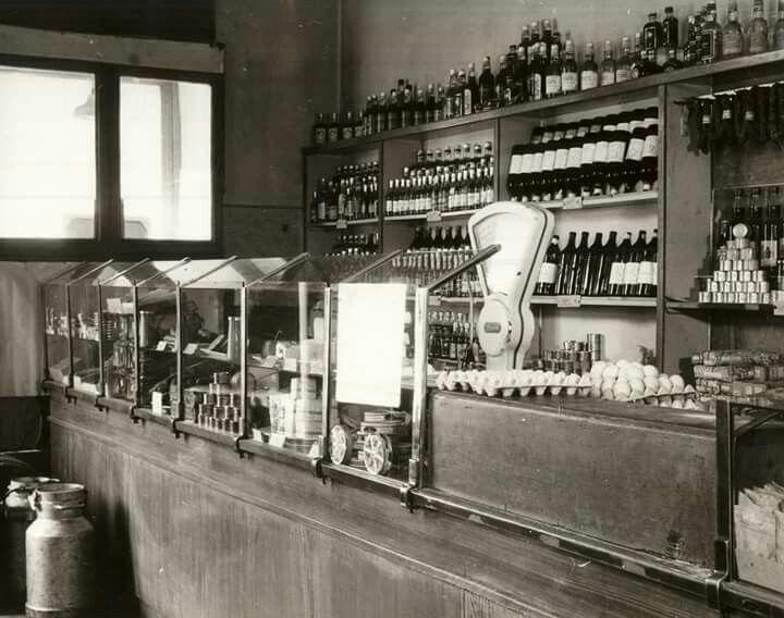 Az 1960 körüli jellegzetes kis-közért, a pulttal, polcaival, tejeskannával és árukészletével... 1960. IV. Lebstück Mária utca 12., KÖZÉRT