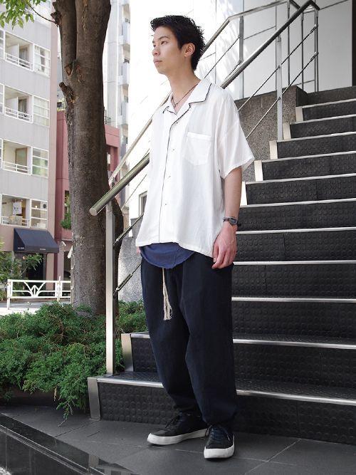 『Iroquois』のボーリングシャツ。  ボーリングシャツらしい前立てのパイピングは残しながらも  刺繍やワッペン等は排除されたミニマルなデザインが特徴的な1着です。     素材にはコットンシルク生地を使用。  製品洗いが施されているのでくったりとした風合い豊かな素材感。