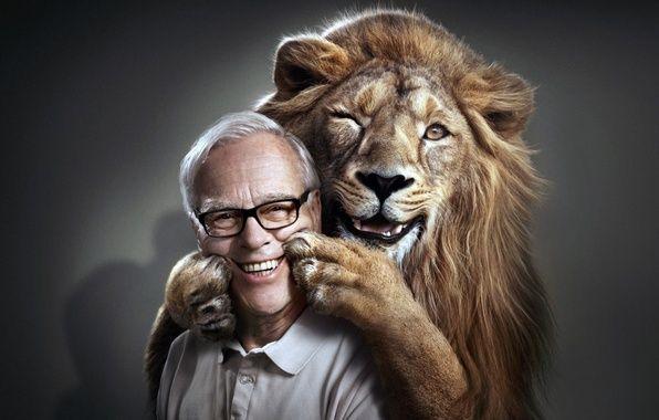 Обои на рабочий стол. Обои мужчина, улыбка, лев, лапы, лицо скачать.