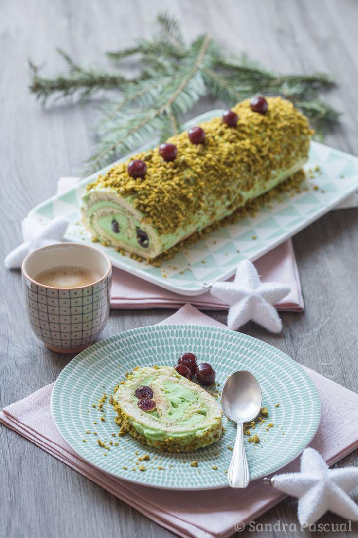 Une délicieuse bûche composée d'un biscuit roulé garni de mousse à la pistache et de griottines au kirch pour un dessert léger et aérien!