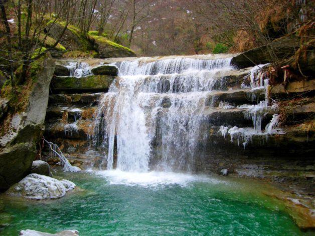 Cascate dell'Acquacheta. Al confine tra l'Emilia Romagna e la Toscana,nel cuore del Parco Nazionale delle Foreste Casentini, Monte Falterona e Campigna, bisogna partire dal paese di San Benedetto in Alpe: da qui dovrete incamminarvi per un sentiero che costeggia il torrente dell'Acquacheta. A un certo punto, in una foresta di querce,castagni e faggi, vedrete comparire,  le cascate: l'acqua del fiume scivola veloce sulle terrazze di roccia arenaria