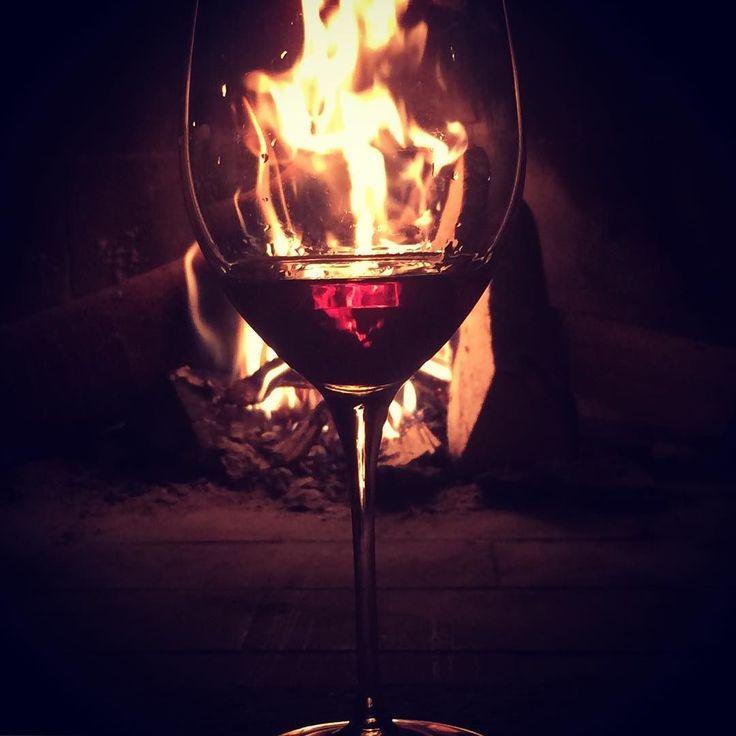 Piccoli momenti perfetti.  ____________________________________ #wine #homesweethome #fireplace #winelover #sommelier #porto #portwine #glass #home #winter #cozy #tasting #casa #loveit