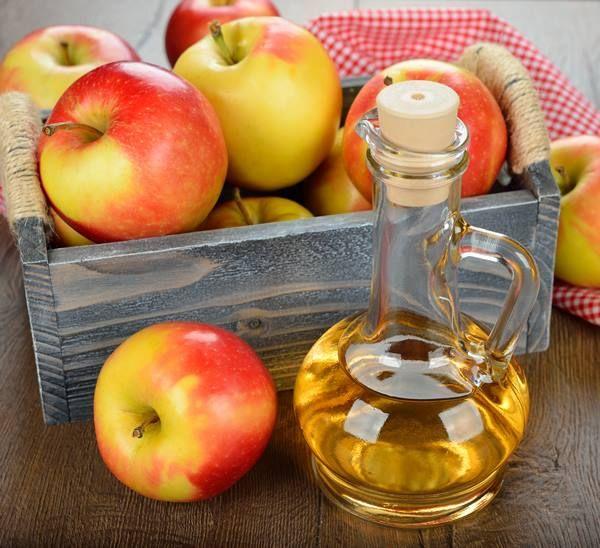 Aceto di mele. calma la tosse, le infiammazioni articolari, i dolori reumatici e il mal di gola. Inoltre ha un'azione antibatterica ed è ottimo come infuso per i capelli e per rinforzare il sistema immuniario.