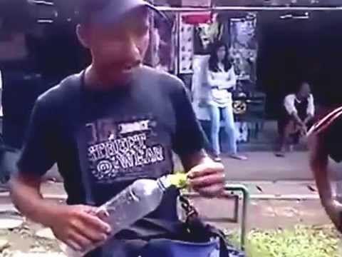 Video Lucu Ngakak Asli | Video lucu seorang penjual mainan yang dapat memainkan sebuah botol minuman yang dapat berbicara layaknya manusia. video lucu ini