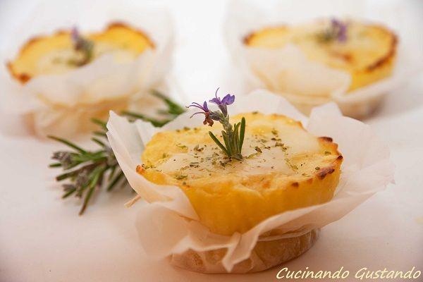 Gli Sformatini patate cuore formaggio cremoso sono un contorno o sfizioso antipasto da servire caldo per gustarlo in tutta la sua delicatezza e morbidezza.