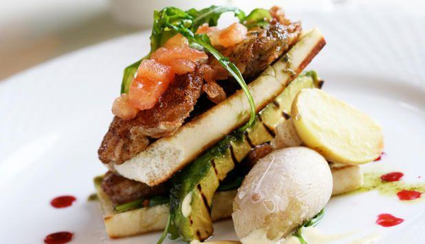 Torsketunger er en delikatesse som kan serveres som tapas eller forrett. Disse er sprøstekte og servert med grillet avokado, så deilig at du lett spiser deg mett på forretten. #fisk #oppskrift