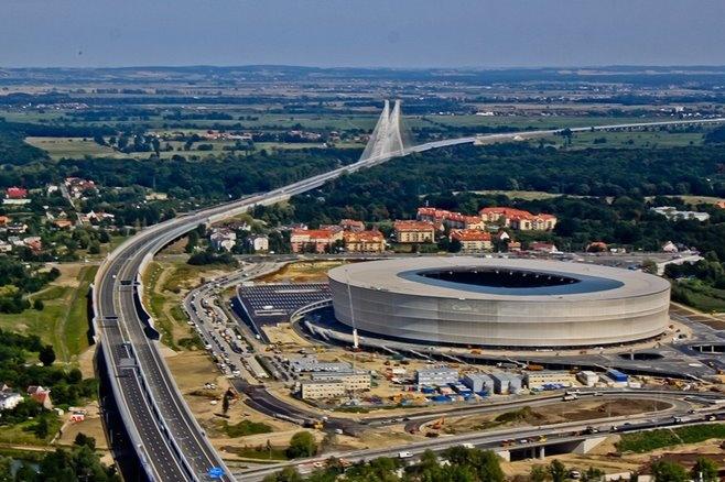 Nowy Stadion Miejski we Wrocławiu, w tle Most Rędziński na AOW (zdjęcie via strona stadionu na Facebooku).