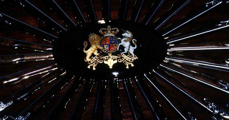 Los significados de los colores en un escudo de armas familiar. La tradición de la heráldica, el arte de diseñar y de preservar los escudos de armas familiares, se remonta al siglo XII en el noroeste de Europa. La armadura del tiempo cubría completamente a los caballeros montados, haciendo difícil su identificación. Los artistas pintaban escudos de armas coloridos en el escudo de un caballero para identificar ...