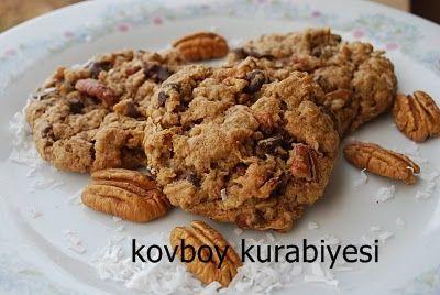 Yeni ve farklı bir kurabiye tarifi ile karşınızdayız. Kovboy kurabiyesi muhteşem lezzeti ile her zaman yapmak isteyeceğiniz bir kurabiye çeşidi. İçindeki çikolata parçaları ve fındık kurabiyenin lezzetini bir kat daha artıyor. Oldukça besleyici olan kovboy kurabiyesi fındık ve üzüm sevmeyen çocuklarınıza fındık ve üzüm yedirmenin en tatlı yolu olabilir. Denemelisiniz.
