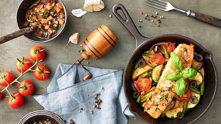 Navštivte naše stránky kuchynelidlu.cz a vyzkoušejte rychlý recept Romana Pauluse na lososa se zeleninou a rajčatovou salsou.