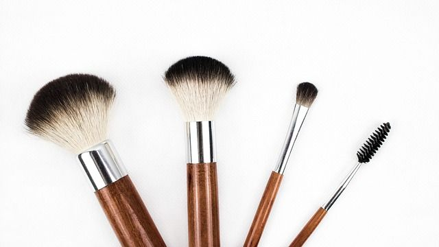 Kosmetikpinsel aus Kunsthaar oder Tierhaar? Vor- und Nachteile