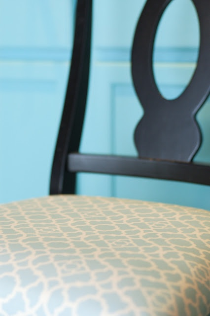 How to Re-Cover a Kitchen Chair: Dining Rooms, Tradewind Tiaras, Kitchens Chairs, Kitchens Stuff, Dining Chairs, Kitchens Renovation, Kitchens Projects, Chairs Upholstered, Diy Projects