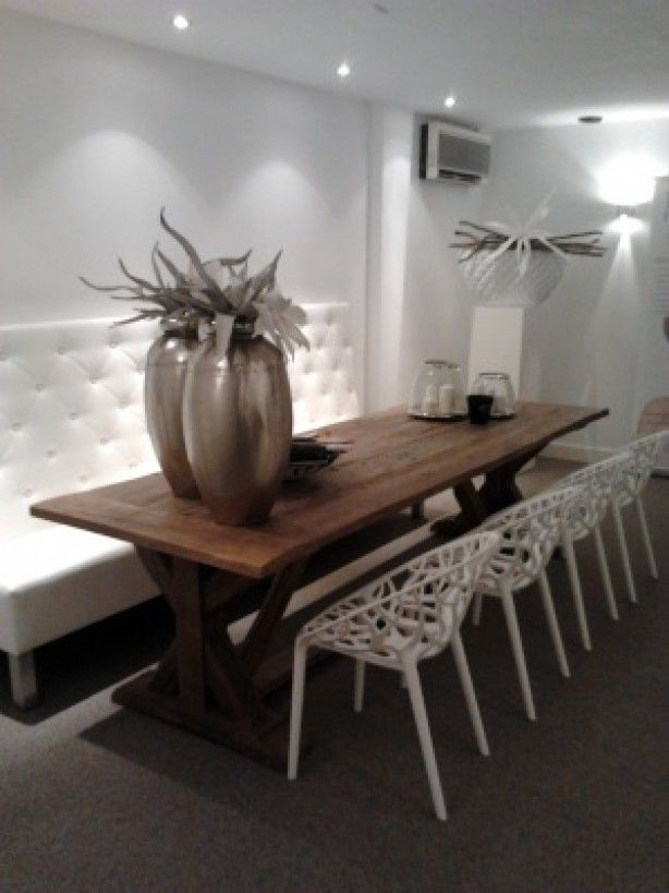 mooi tafel met witte stoelen en bank - grote potten op de tafel - leuk detail;de spotjes