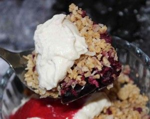 Healthy mixed fruit crumble with vanilla cashew cream - recipe on the blog: www.hairmakeup.co.uk/blog