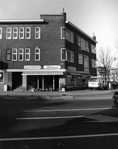 Herinner je Utrecht: hoek Rijnlaan/ Balijelaan. De bloemenzaak heette vroeger Van Zutphen en een dochter daarvan (Jeannette) was popzangeres met 'n paar hitjes.