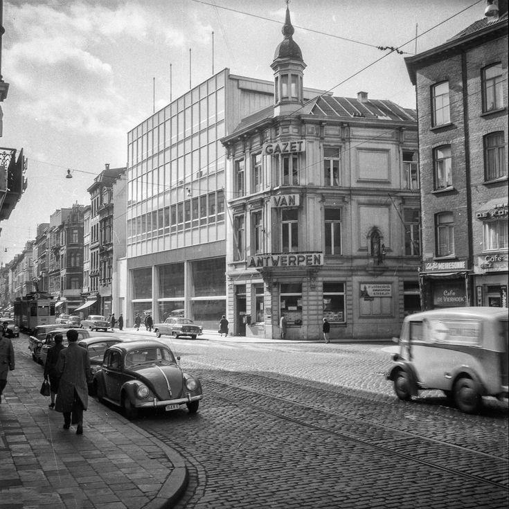 De Nationalestraat hoek Augustijnenstraat,  met de gebouwen van de Gazet van Antwerpen. Foto genomen vanaf de Theodoor van Rijswijckplaats, begin jaren 1960.
