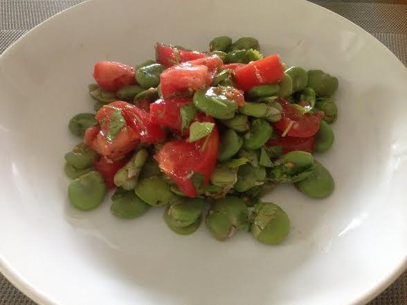 Sałatka z bobem, pomidorami i kolendrą. Nareszcie jest! Sezon na bób uważam za otwarty! Te pyszne, duże, zielone fasolki,można przyrządzić na setki sposobów
