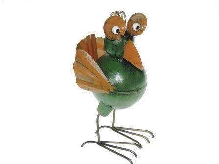 Deze vreemde vogel is op zoek naar een nieuw huis. Misschien heb je een plaatsje voor hem? Gemaakt van gerecycled metaal en een fair trade product uit Indonesië. prijs: € 7,95