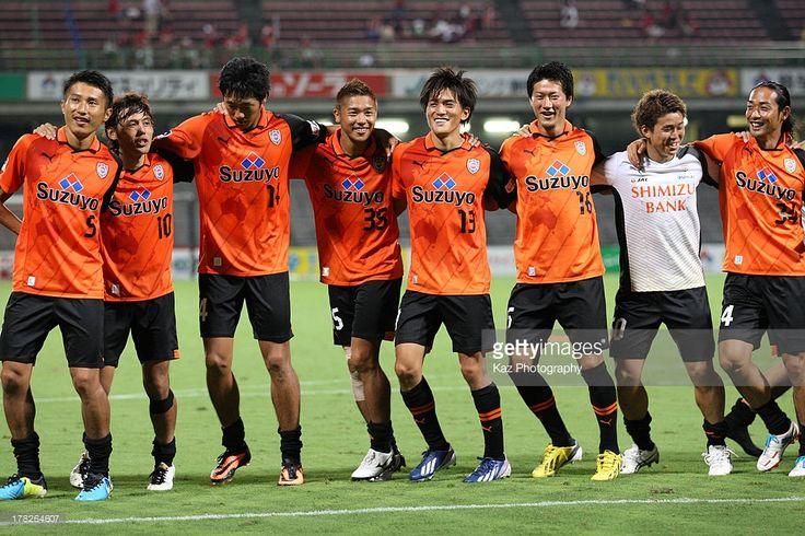 Toshiyuki Takagi (4th R) and his Shimizu S-Pulse players celebrate the win after the J.League match between Shimizu S-Pulse and Kashima Antlers at IAI Stadium Nihondaira on August 28, 2013 in Shizuoka, Japan.