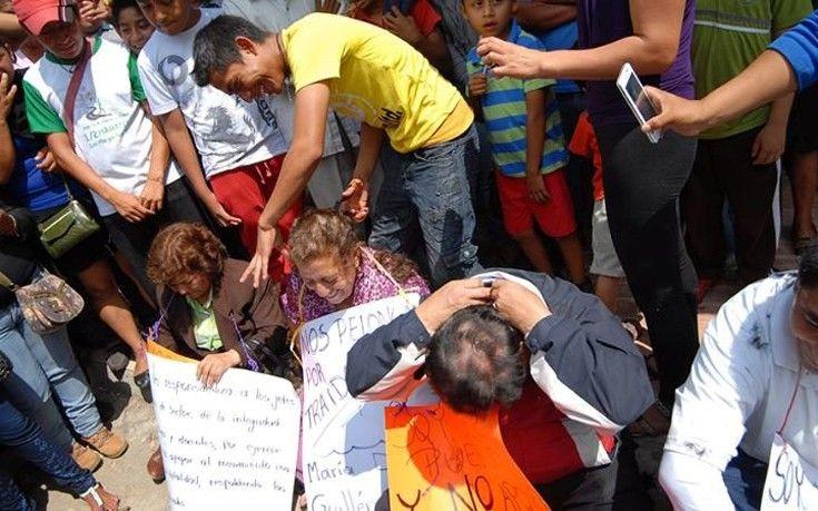 Κούρεψαν δασκάλους επειδή αρνήθηκαν να απεργήσουν   Με δημόσια διαπόμπευση και κούρεμα των μαλλιών τους τιμωρήθηκαν καθηγητές και διοικητικοί υπάλληλοι σχολείων στο Μεξικό που αρνήθηκαν να απεργήσουν. Μέλη διδασκαλικής ένωσης διαπομπεύουν συναδέλφους τους για τη μη συμμετοχή τους σε προγραμματισμένη διαμαρτυρία κατά της εκπαιδευτικής μεταρρύθμισης που προωθεί η κυβέρνηση. Οι 14 δάσκαλοι που αρνήθηκαν να συμμετάσχουν στην απεργία αναγκάστηκαν να περπατήσουν ξυπόλητοι στην πόλη Comitan στην…
