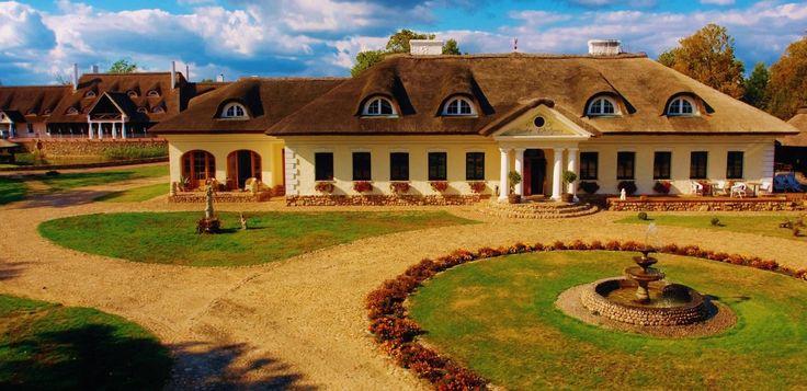 Dwór Chotynia wzniesiony w XIX wieku przez Stanisława Graybnera. Obecnie należy do kompleksu hotelowego.