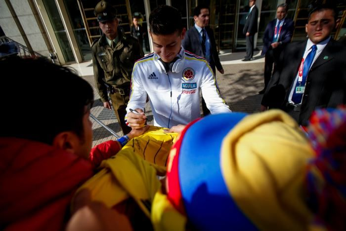 James Rodríguez firma autógrafos a los aficionados. CA 2015