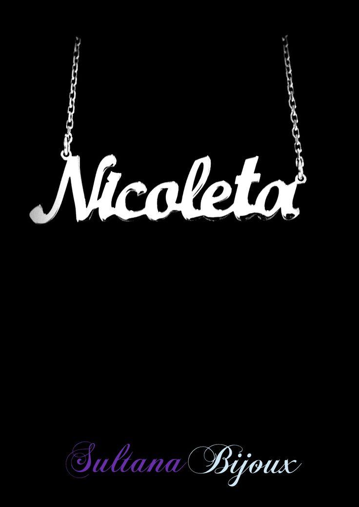 Colier din argint 925 personalizat cu numele Nicoleta. Realizam pe comanda cu numele/cuvantul ales de d-voastra. Lungime lant: 40 - 45 cm Lantisor reglabil Numele se scrie cu litere caligrafice (Scris de mana) *La orice colier care depaseste 7 caractere se taxeaza 5 lei / litera.