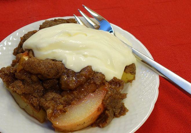 Nem opskrift på bagt æblekage, som er perfekt, når man er lækkersulten, men også lidt doven. Pimp med vanilje og kardemomme eller gå basisvejen med kanel.