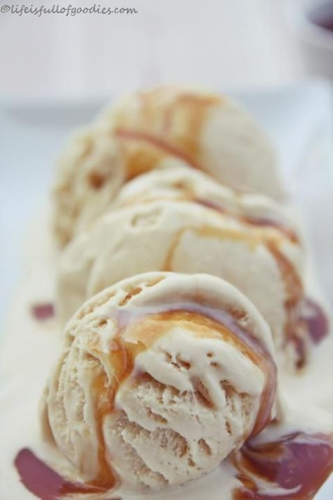 Dulce de leche Eiscreme mit Karamellsauce