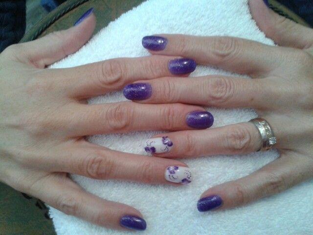Nail art violet à paillette et fleurs. Brijoux nail art