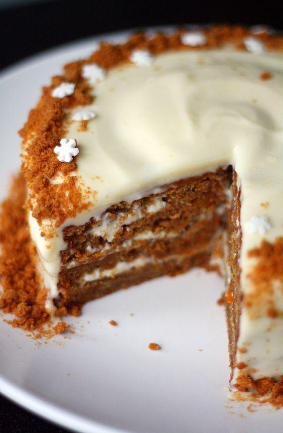 Minun joulupöydässäni on ollut jos jonkinlaista kakkua: perinteistä taatelikakkua, suklaapavlovaa ja Nigellan suklaapilvikakkua. Monesti pöydässä on nähty myös jonkinlainen raikas hyydykekakku, mutta mielessäni on pitkään ollut idea jouluisesta porkkanakakusta. Porkkanakakku on yksi lempparijälkiruuistani – varsinkin jos pohja...