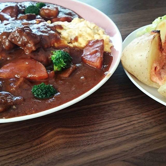 今日のお昼は、昨日の残りのビーフシチューで、オムライスにベイクドポテト明太子マヨネーズを添えて☆  #お昼#お昼ごはん#昼食#ランチ#lunch#おうちごはん#ごはん#残り物#リメイク#ビーフシチュー#お肉#肉#シチュー#オムライス#卵#egg#ベイクドポテト#potato#明太子#マヨネーズ