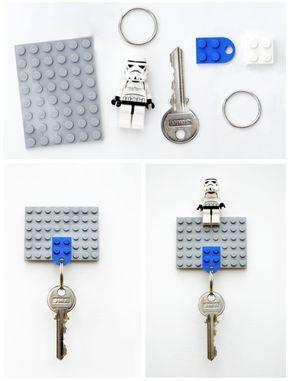 Este proyecto podría requerir comprar un poco de cinta de doble cara para fijar la base a la pared. También puedes fijarla a la pared con tornillos. El poco trabajo extra vale la pena, ya que el sostenedor de llaves se ve increíble, y también nos da el pie para hacer un llavero de Lego. Las instrucciones para hacer esto se pueden encontrar aquí y aquí.
