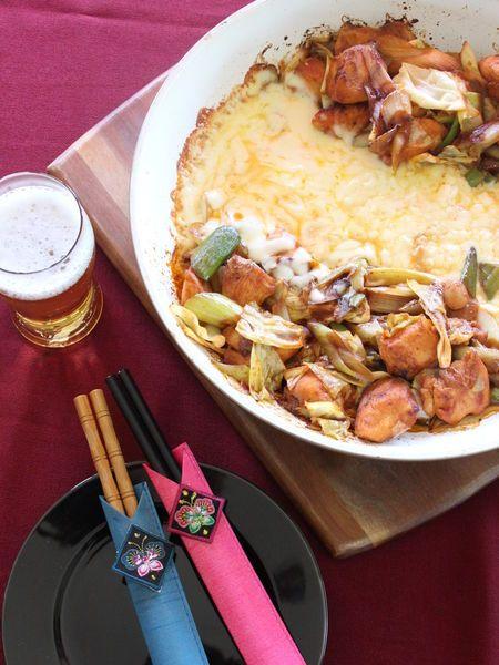 甘辛いタレにたっぷり入った鶏肉や野菜、それだけでも美味しいのは間違いありませんが、さらにたまらないのが、とろけるチーズにつけていただくスタイル♡今、HOTな韓国料理「チーズタッカルビ」がオススメなんです。