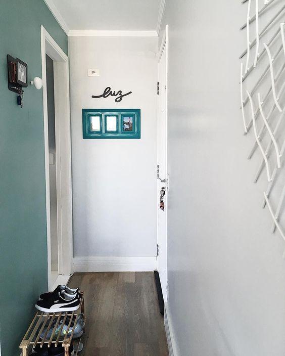 Lugar de sapatos que vem da rua é no hall de entrada! Já parou pra pensar em quantos germes e bactérias trazemos para a casa nos nossos sapatos?