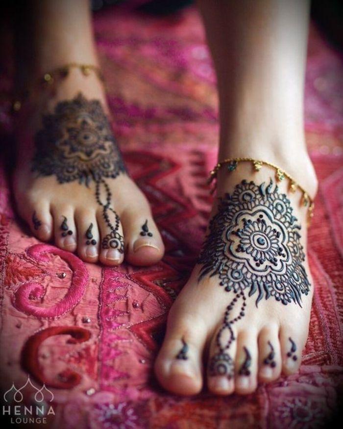 dessin henne, mandalas sur les pieds et bracelets fins dorés, mandalas fleurs 🖤Fosterginger.Pinterest.Com♠️ More Pins Like This One At FOSTERGINGER @ PINTEREST 🖤No Pin Limits👈🏿Follow Me on Instagram @  👉🏿FOSTERGINGER75👈🏿 and 👉🏿ART_TEXAS
