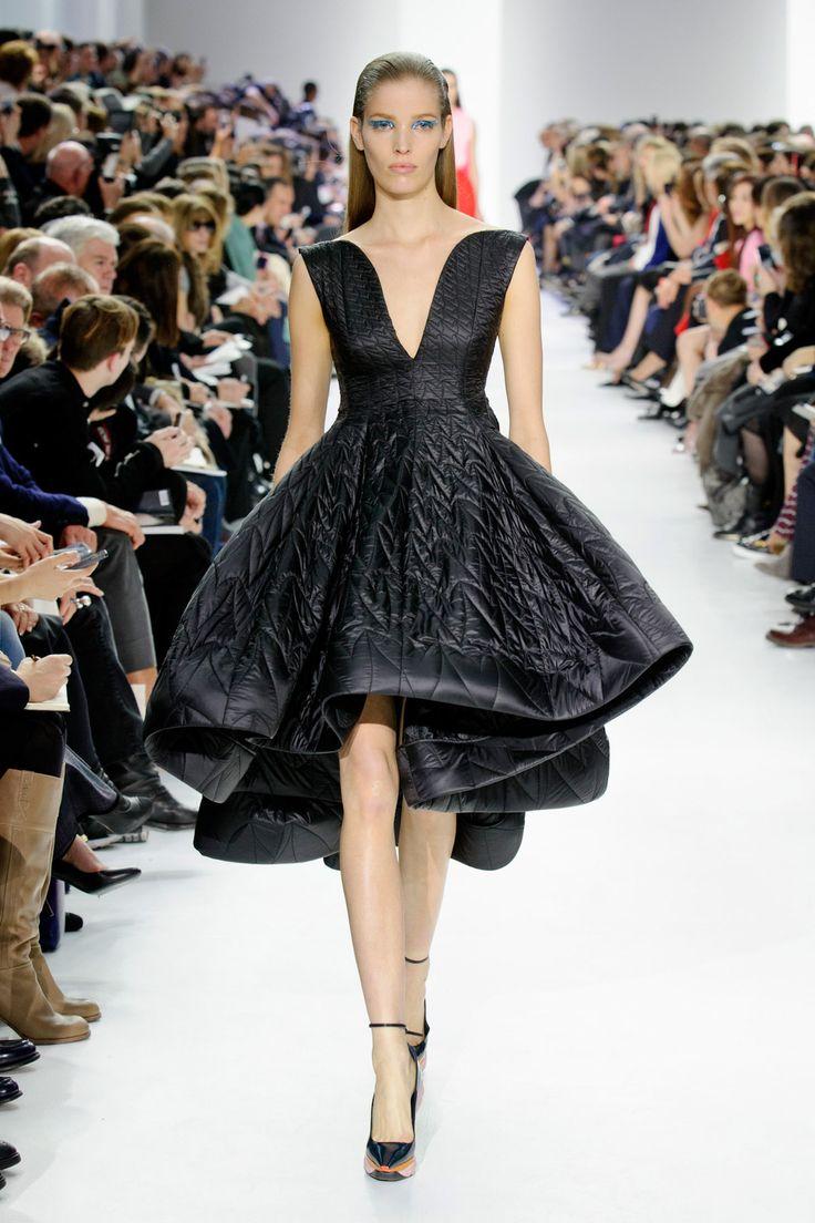 Desfile da Dior no Paris Fashion Week #PFW veja o desfile completo no nosso blog…