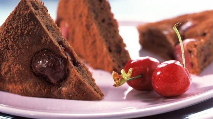 Schokoladenkuchen mit Kirschen