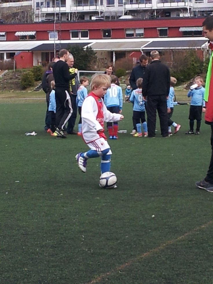 Future Norwegian version of D. Beckham? Playing exceptionally week at age 7!