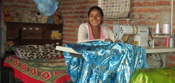 Marisol maakt thuis traditionele Boliviaanse rokken, maar dan met moderne prints. Nu er een tweede kindje komt, wil ze graag haar werkplek verbouwen.