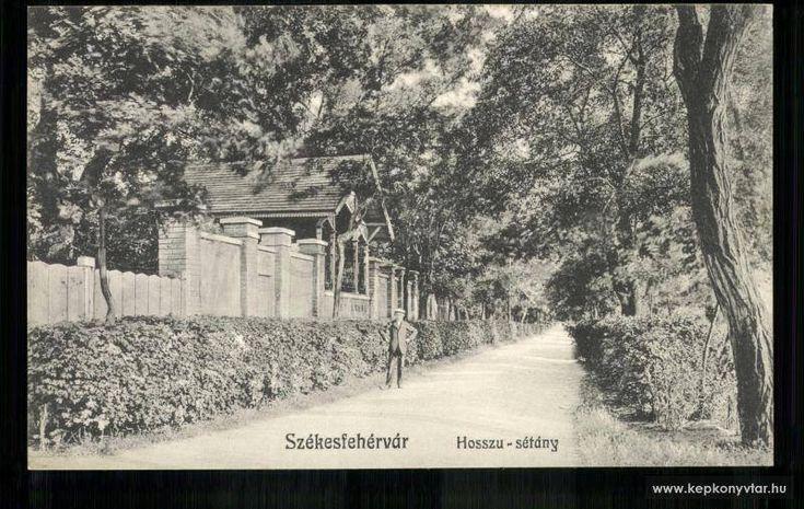 A mai Széchenyi utcai kollégium helyén állt Conviktus -lánykollégium- Hosszú sétatér felőli bejárata. Székesfehérvár