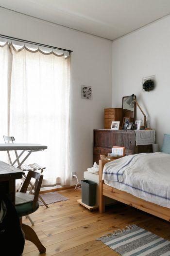 2階にある三木さんの個室。2階の床は杉板に張り替えた。写真には写っていないが、ドアも大工さんが造作した杉板のものに。
