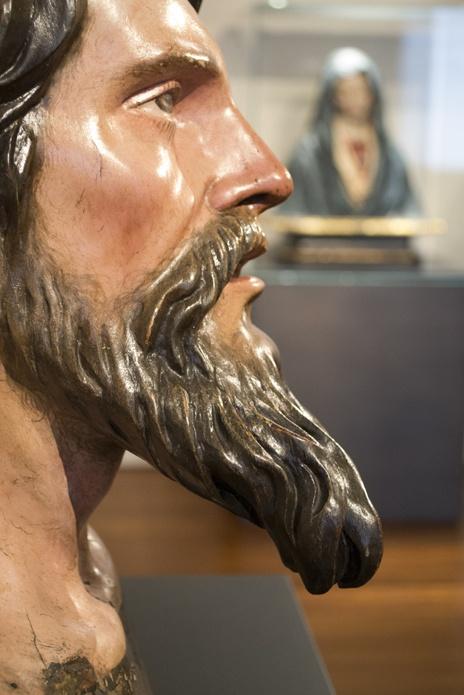 Cabeza de Apóstol. Pedro Roldán. Siglo XVII.  En vitrina, Virgen Dolorosa. José Risueño. Siglo XVIII