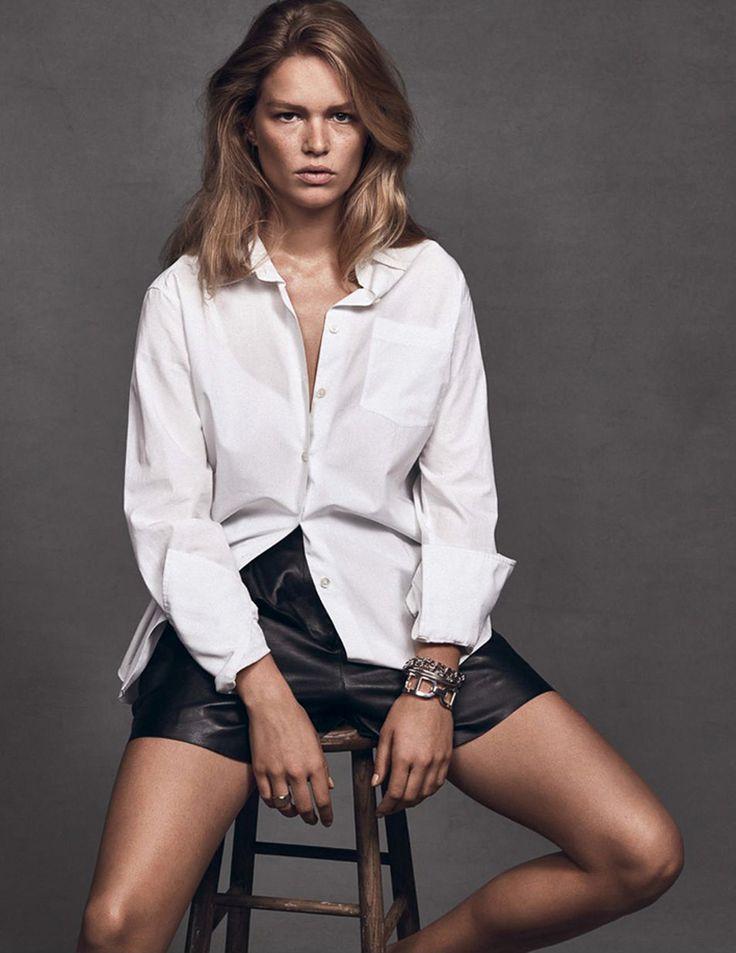 Een basic pose die samen met het witte overhemd zorgt voor een stoere, cleane look tijdens je fotoshoot.