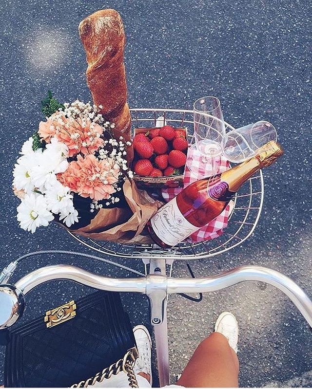 Happy Monday! Dreaming of spring picnics ✨🍷 . . . . #wine #winetasting #spring #springwine #winewelove #winelover #rosé #roséallday #mondaymood #mondaymotivation #thatsdarling #flashesofdelight #pursuehappy #pursuepretty #frenchwine #france #bike #picnic #picnicday #vinley #vinleymarket #vinleyvino #vino