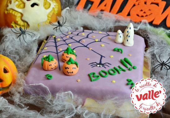 """Torta morbida al cacao per #Halloween Halloween è l'occasione per far divertire i più piccoli con maschere, scherzetti e... una buonissima torta in tema. Basta un pò di fantasia e pazienza per trasformare una soffice torta al cacao in una """"spaventosa"""" torta con fantasmini e zucche. E al primo morso si  divertiranno tanto anche i grandi! Dolcetto o scherzetto?"""