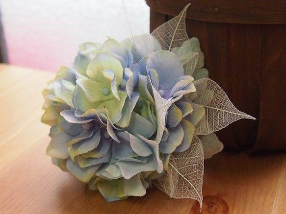 アジサイのみのシンプルなコサージュ。スケルトンの葉で軽やかな印象に。ピン&クリップの2wayタイプです。***フラワーレシピ***アジサイ(造花)リーフ(造花...|ハンドメイド、手作り、手仕事品の通販・販売・購入ならCreema。